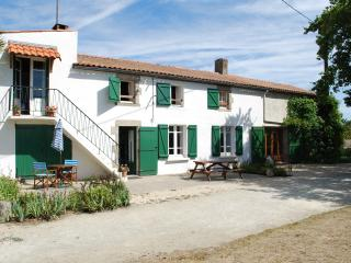 Rural Detached Farmhouse, large garden,heated pool - Aizenay vacation rentals