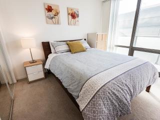 UPSCALE 2 BR/2BA Condo DOWNTOWN Toronto - Toronto vacation rentals