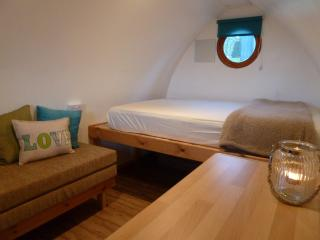 Beautiful 1 bedroom Llwyngwril Shepherds hut with Mountain Views - Llwyngwril vacation rentals