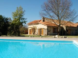 Restored Charentaise cottage and barn extension - Juignac vacation rentals