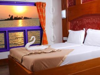 AMRUTHAM HOUSEBOATS (Kumarakom / Alleppey) - Kumarakom vacation rentals