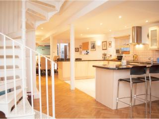 3 Bed House with parking, communal gym + pool, Vauxhall - London vacation rentals