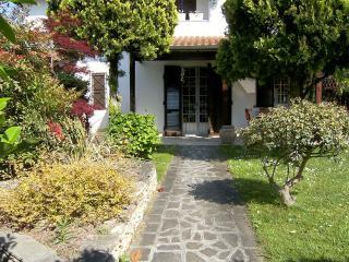 Splendida villetta con giardino in angolo e patio - Lido delle Nazioni vacation rentals