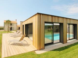La Demeure du Pont Rolland - piscine intérieure - Avrille vacation rentals
