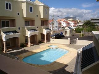 Superbe triplex avec piscine et gardiennage. - Flic En Flac vacation rentals
