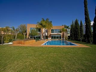 Spacious Villa with Deck and Short Breaks Allowed in Vilamoura - Vilamoura vacation rentals