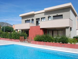 Cozy 2 bedroom Masriudoms House with Shared Outdoor Pool - Masriudoms vacation rentals