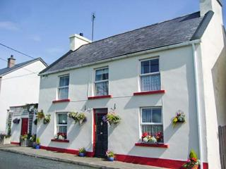 FLOWER POT COTTAGE, detached, enclosed patio, pet-friendly, shop and pub 1 min walk, in Dunkineely, Killybegs, Ref 933015 - Killybegs vacation rentals