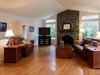 Roomy Corporate Retreat Near Downtown Kirkland – Sleeps 8 - World vacation rentals