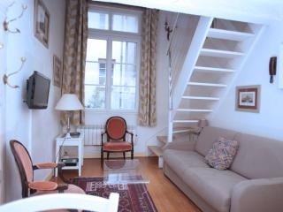 Charming Condo with Internet Access and Washing Machine - 4th Arrondissement Hôtel-de-Ville vacation rentals