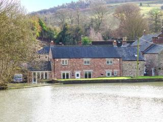 WEIR COTTAGE ON THE MILL POND, end-terrace, parking, in Cromford, Ref 933068 - Cromford vacation rentals