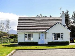 SPRINGWOOD COTTAGE, detached, open fire, en-suite, lawned gardens, parking, Louisburgh, Ref 933167 - Louisburgh vacation rentals