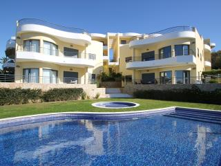 Perfectly located 2 bed apt, FREE air con and wifi - Albufeira vacation rentals
