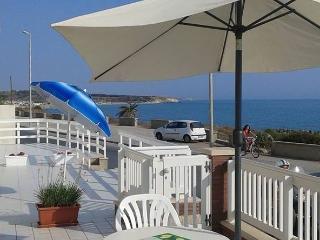Cozy 2 bedroom Scoglitti House with Deck - Scoglitti vacation rentals