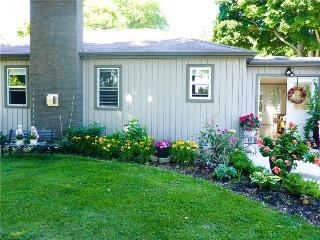 Bright 3 bedroom Cottage in Grand Bend with Internet Access - Grand Bend vacation rentals