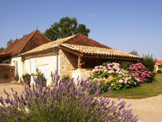 Gîte de charme, à la campagne, proche Dordogne - Castillonnes vacation rentals