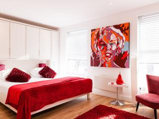 OXFORD STREET*FANTASTIC 3bed/4bath DESIGN*OXFORD ST*SPECIAL RATES*AIRPORT PICKUP - London vacation rentals