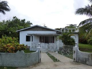 Nice 3 bedroom Bungalow in Runaway Bay - Runaway Bay vacation rentals