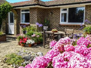 HERBRAND HOUSE, beachfront single-storey cottage, WiFi, patio, Cooden Beach, Bexhill Ref 930260 - Bexhill-on-Sea vacation rentals