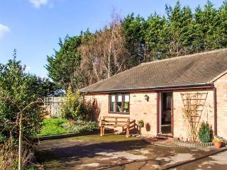 SUNDAY COTTAGE, detached, open plan, enclosed garden, nearby walks, in Strensham, Ref 933320 - Strensham vacation rentals