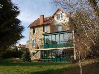 Maison meulière avec jardin proche Disney et Paris - Thorigny-sur-Marne vacation rentals