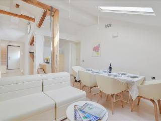 Fulcanelli - Marvelous 3bdr in the center Palazzo Banchi - Bologna vacation rentals