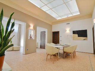 Re Enzo - Fantastic 3bdr on Piazza Maggiore Palazzo Banchi - Bologna vacation rentals