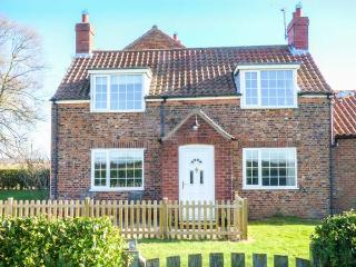 LILAC FARM COTTAGE, red brick cottage, enclosed patio, pet-friendly, open views, adjacent to owner's horse racing yard, Thornton-le-Dale, Ref 933166 - Thornton-le-dale vacation rentals