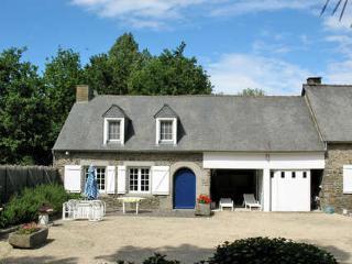 Pavillon T3 dans propriété ,Etang,piscine chauffée - Roz-Landrieux vacation rentals