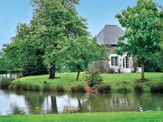 Pavillon T2 dans propriété, Etang, piscine chauffé - Roz-Landrieux vacation rentals