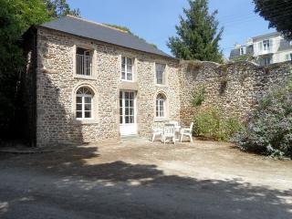 Maison T2 dans parc centre ville piscine chauffée - Saint-Malo vacation rentals