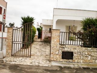 villa indipendente DP vicinissima al mare - Sant'Isidoro vacation rentals