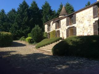 Charente Farmhouse in private grounds, sleeps 8 - Chasseneuil-sur-Bonnieure vacation rentals
