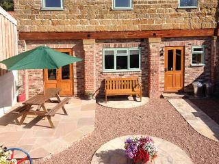 HIGHTHORNE FARM COTTAGE, detached, converted granary, pet-friendly, lovely views, ample walking and cycling, in Husthwaite, Easingwold, Ref 933415 - Easingwold vacation rentals