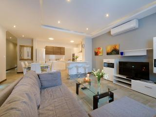 Central, Modern, Sleeps 8, Free Wifi - Swieqi vacation rentals