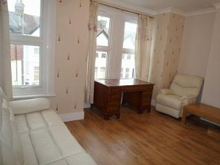 2 Bed apartment, 2 bathrooms, 20 min. City center - London vacation rentals
