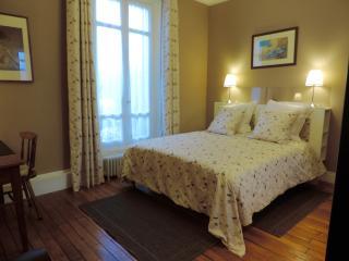 LES-CHENEVIS Chambres d'hôtes B&B / MORISOT - Jouy-le-Moutier vacation rentals