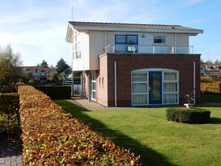 Villa Lisdodde 4 a/t waterfront, IJsselmeer beach. - Workum vacation rentals