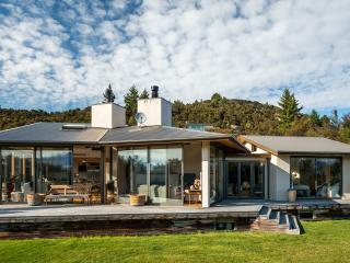 Bright 4 bedroom Wanaka House with Game Room - Wanaka vacation rentals