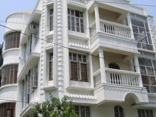 AC Furn 2 Bed 3 Bath + 2rooms nr Hyatt Bigbazar - Kolkata (Calcutta) vacation rentals