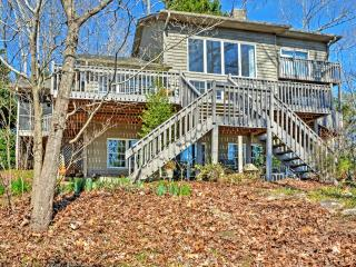 'Hanson's Haven on Hartwell' Modern 3BR Westminster House w/Wifi, Stunning Water Views, Private Dock & Community Pool Access - Terrific Lakefront Location! Close to Golf, Hiking & More! - Westminster vacation rentals