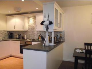 Modern 2 Double Bedrooms, 2 Bathrooms + Parking! - Chorlton-cum-Hardy vacation rentals