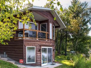 Serene 1BR Lakefront Cabin Just 3 Miles from Downtown Brainerd w/Wifi, Deck & Amazing Lake Views - Great Year-Round Fishing & Canoe Provided for Guest Use! - Brainerd vacation rentals