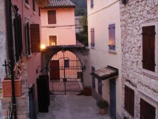 Rustico in pittoresk dorpje bij Gardameer - Caprino Veronese vacation rentals