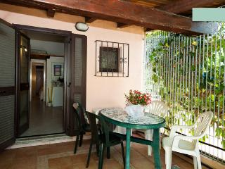 Piccolo trilocale con giardino - San Teodoro vacation rentals