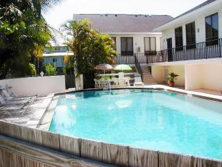 Beautiful 2 bedroom Holmes Beach Apartment with Internet Access - Holmes Beach vacation rentals