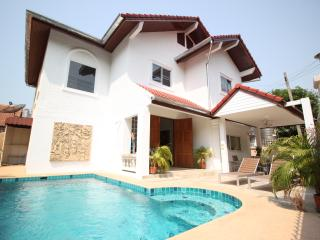 Naklua 4 Bedroom Pool Villa - Pattaya vacation rentals