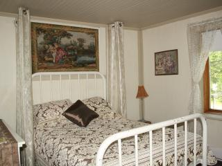 Romantic 1 bedroom Trois-Rivieres Guest house with Internet Access - Trois-Rivieres vacation rentals