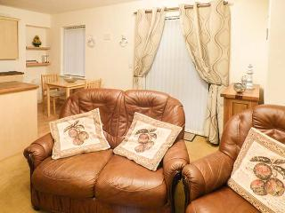 4 CHANDLERS YARD well-presented, ground floor, WiFi, close to beach in Burry Port Ref 921790 - Burry Port vacation rentals