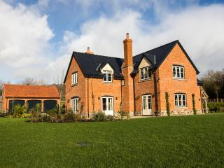 Luxury,5* Holiday House, Free WiFi, Sky TV,parking,games room and BETTER PRICES! - Hereford vacation rentals